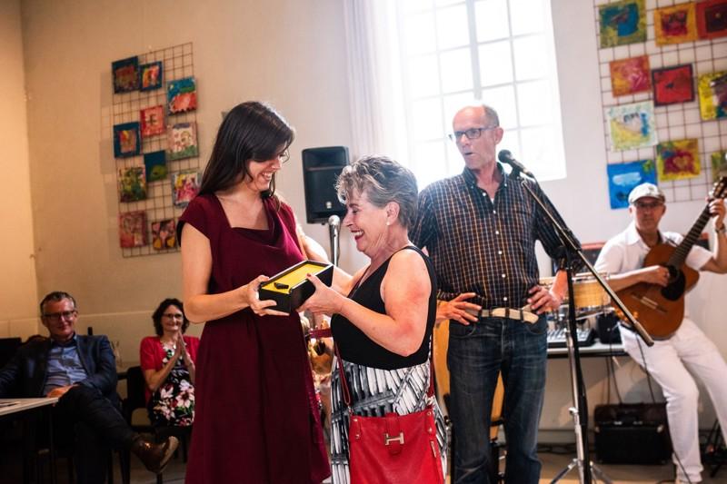 Françoise draagt het stokje (de claves) over aan Karin